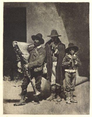 Groupe de trios pifferari ebout, dans la cour du 21 Quai Bourbon