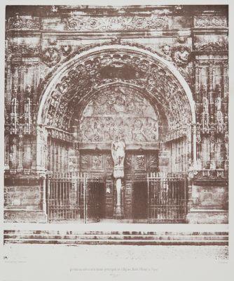 Portail du milieu de la facade principale de l'Eglise Saint Michel à Byon