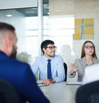 Personas reunidas en oficina