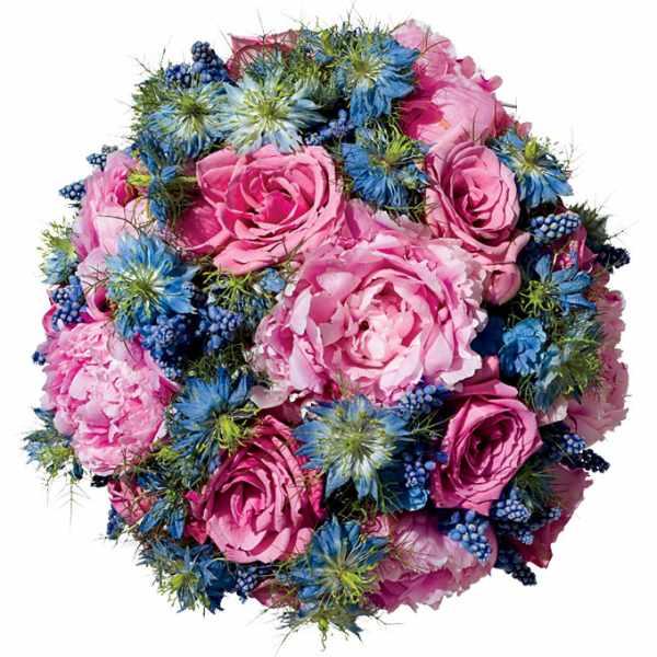 Kết hợp giữa thiệp cưới và hoa cầm tay