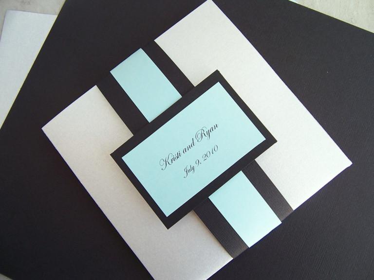 Mẫu thiệp cưới giá rẻ vuông kết hợp màu sắc đen và trắng