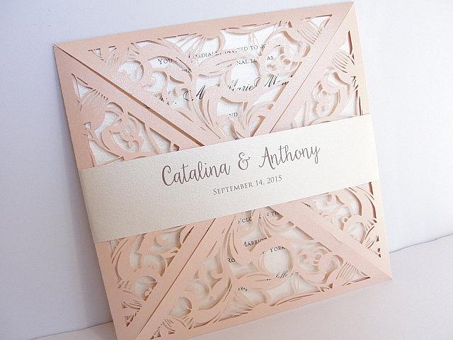 Mẫu thiệp cưới vuông kết hợp hoa văn màu đồng