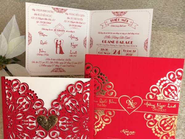 Thiệp cưới hình vuông có viền trái tim
