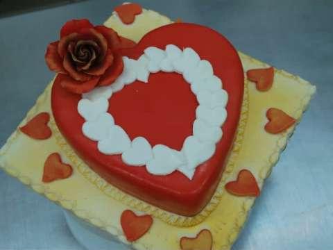 Τούρτα καρδιά με κρέμα-σοκολάτα κι επικάλυψη ζαχαρόπαστας