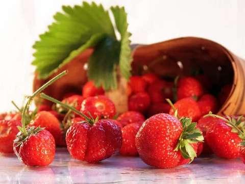 μαρέγκες με φρέσκες φράουλες