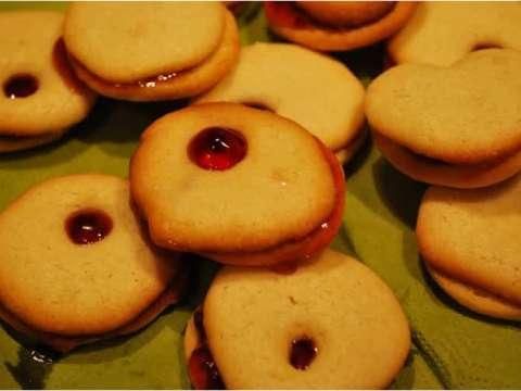 Μπισκοτάκια με παραθυράκια γεμισμένα με κόκκινη μαρμελάδα