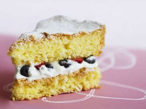 Αφράτο κέικ που το γεμίζουμε με μυστικά