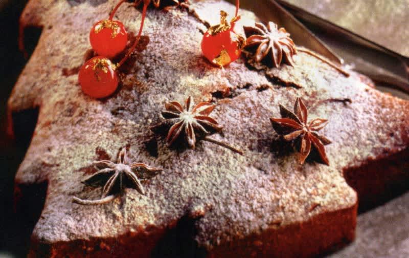 Συνταγή Εορταστικό κέικ με μπαχάρια, ρούμι και αποξηραμένα φρούτα