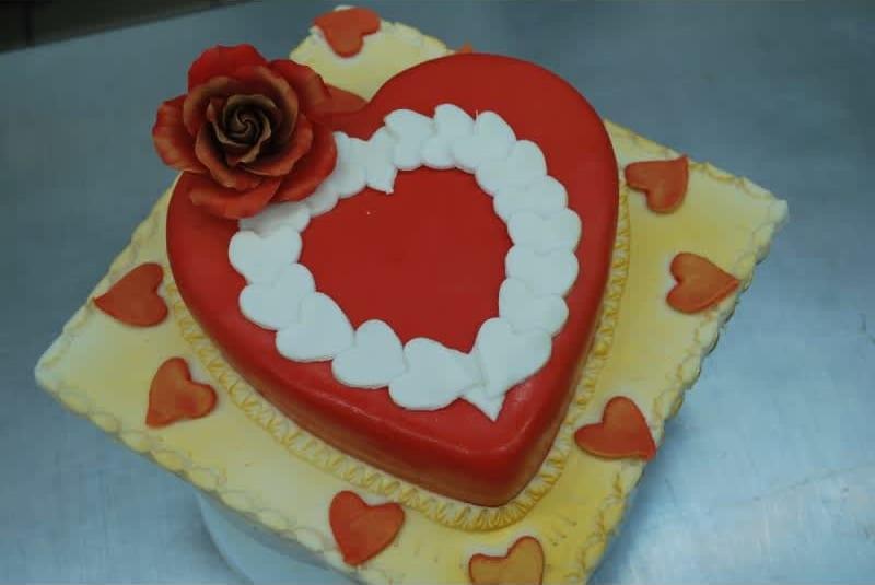 Συνταγή Τούρτα καρδιά με κρέμα-σοκολάτα κι επικάλυψη ζαχαρόπαστας