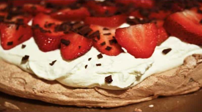 Συνταγή Σοκολατένια Πάβλοβα με φράουλες