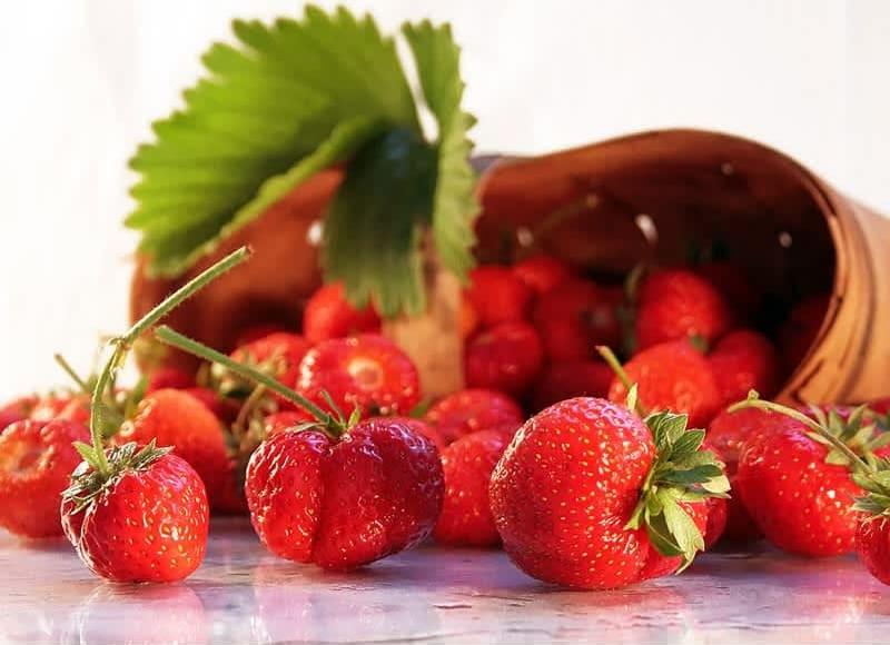 Συνταγή μαρέγκες με φρέσκες φράουλες