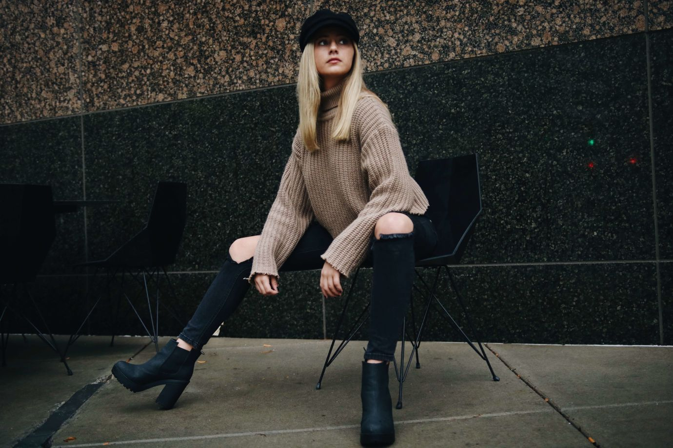 Frau mit Ankle Boots auf Stuhl