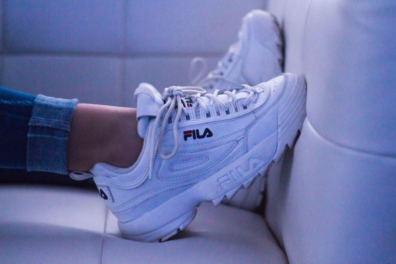 Dicker weißer Sneaker