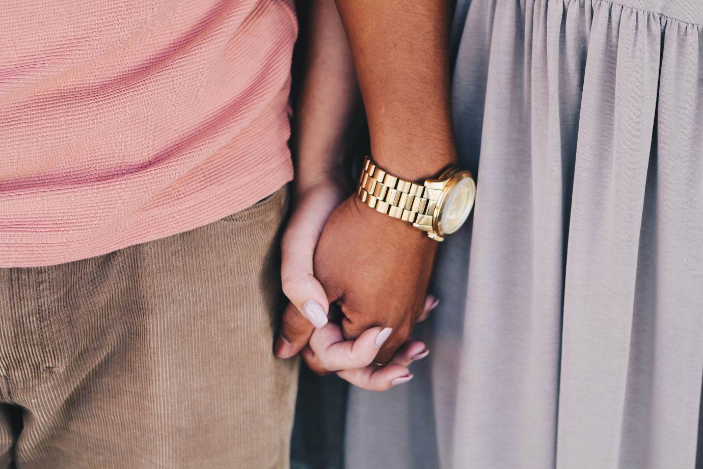 Händchenhaltendes Pärchen mit Cordhose