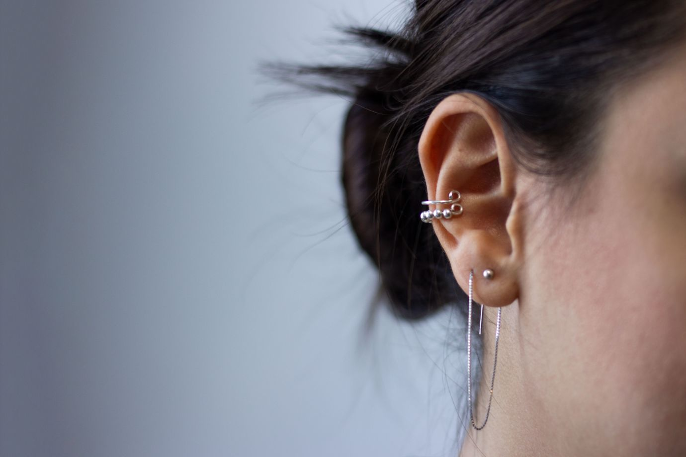 Nahaufnahme eines Ohrs mit Piercing