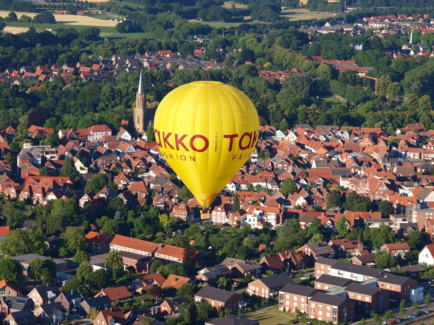 Gelber Takko Heißluftballon