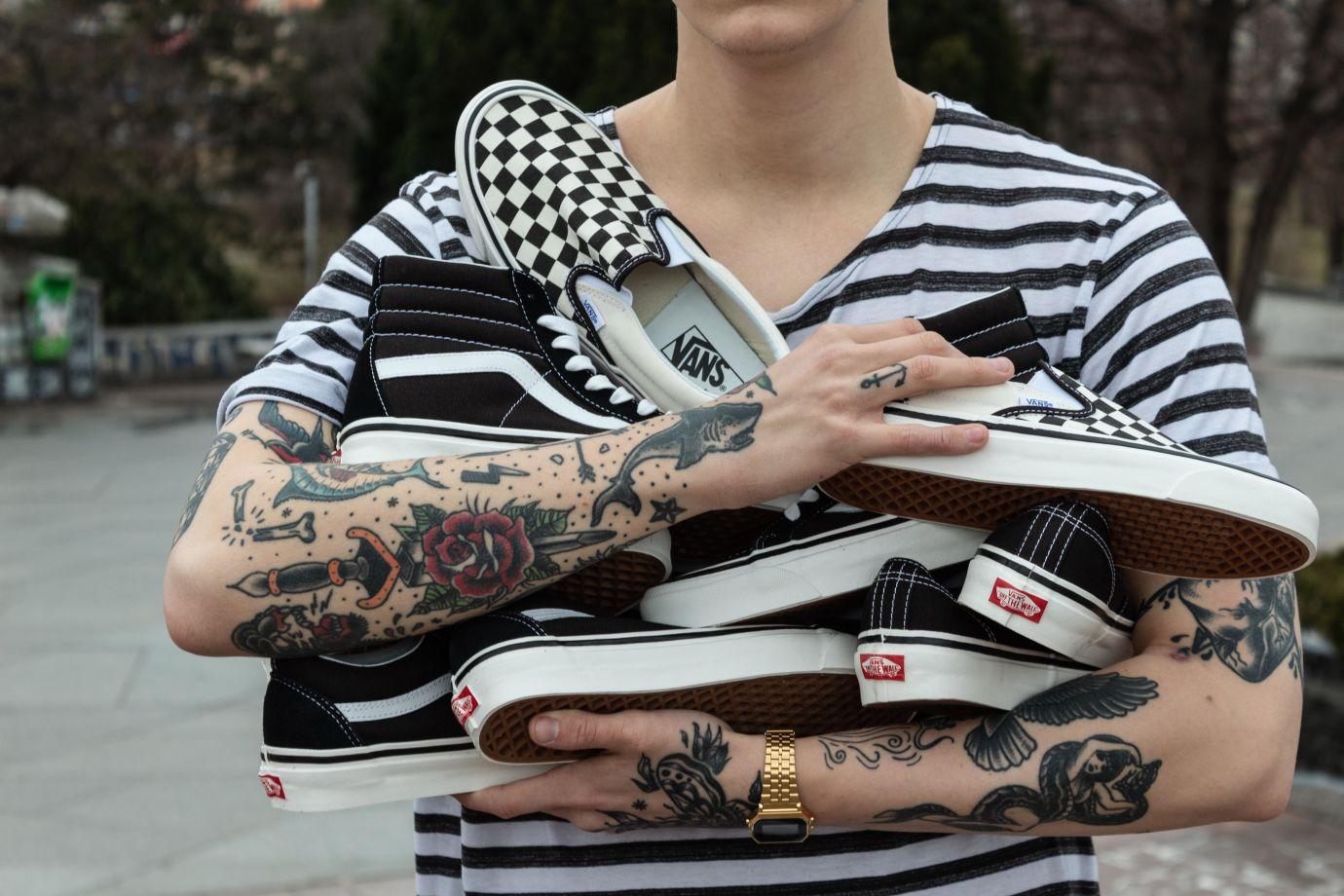 Person mit Sneakern in der Hand