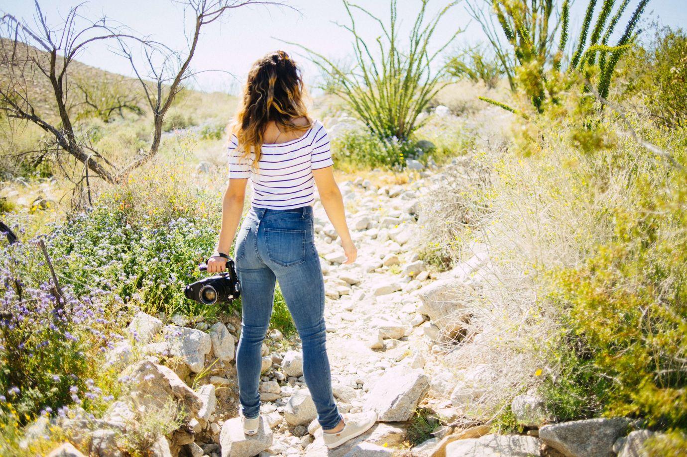 Frau mit enger Jeans in der Natur