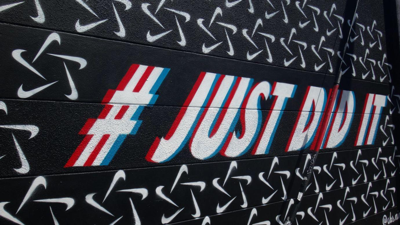 Grafitti auf schwarzer Wand schreibt #Just Did It