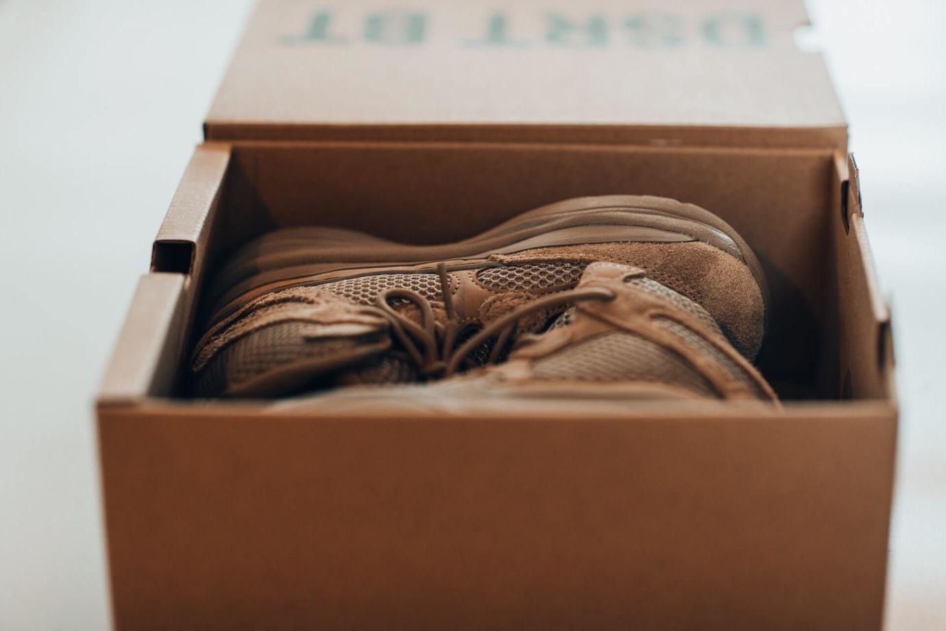 Braune Sneaker in Schuhkarton