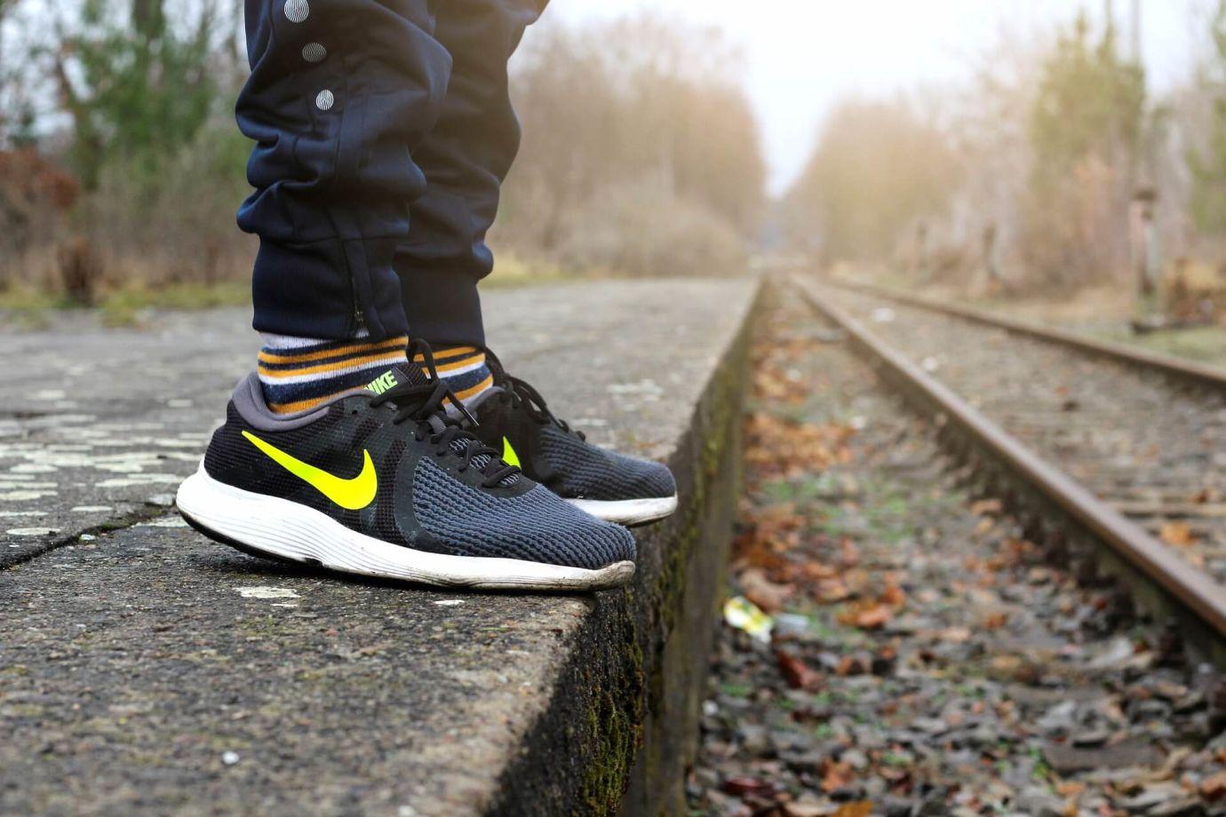 Schwarze Nike Sneaker mit Heel Cap auf Bahnsteig