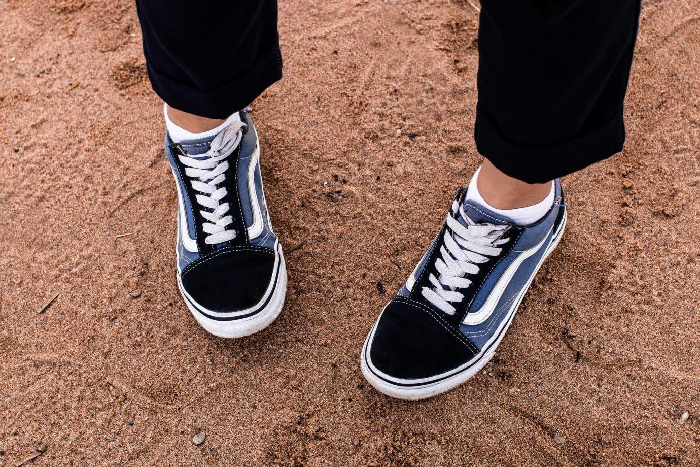 Person trägt blau-weiß-schwarze Schuhe mit Deadstock