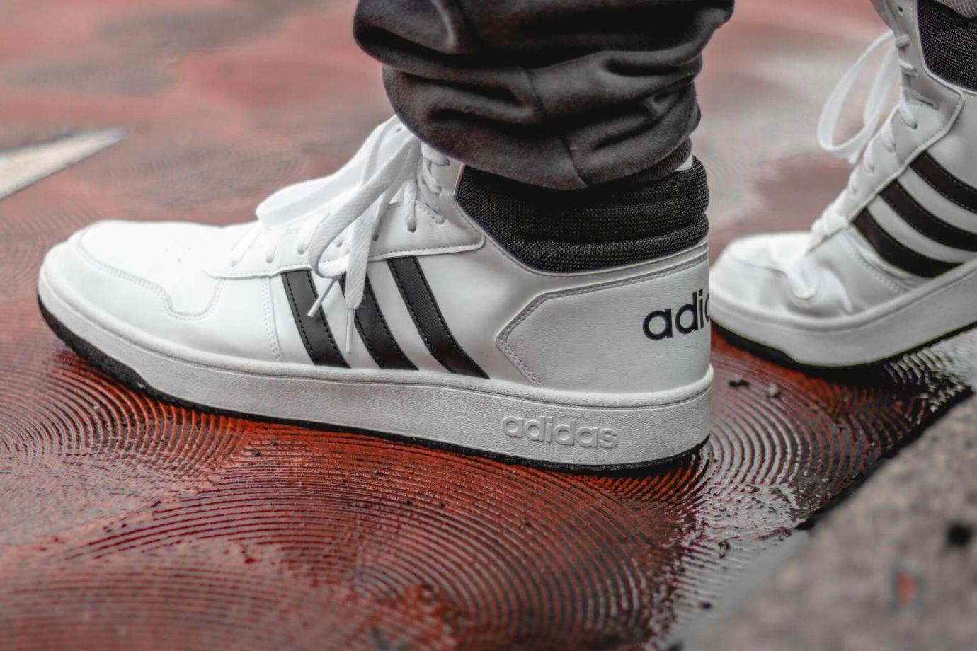 Schwarz-weiße Adidas Sneaker
