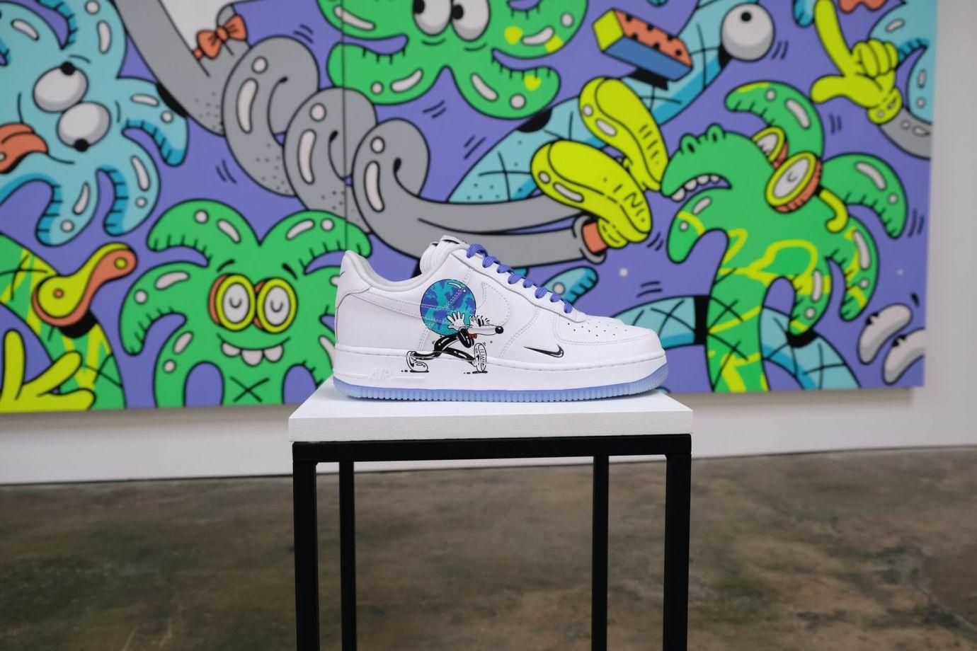 Weiße Nike Sneaker mit Cartoon Print auf Hocker