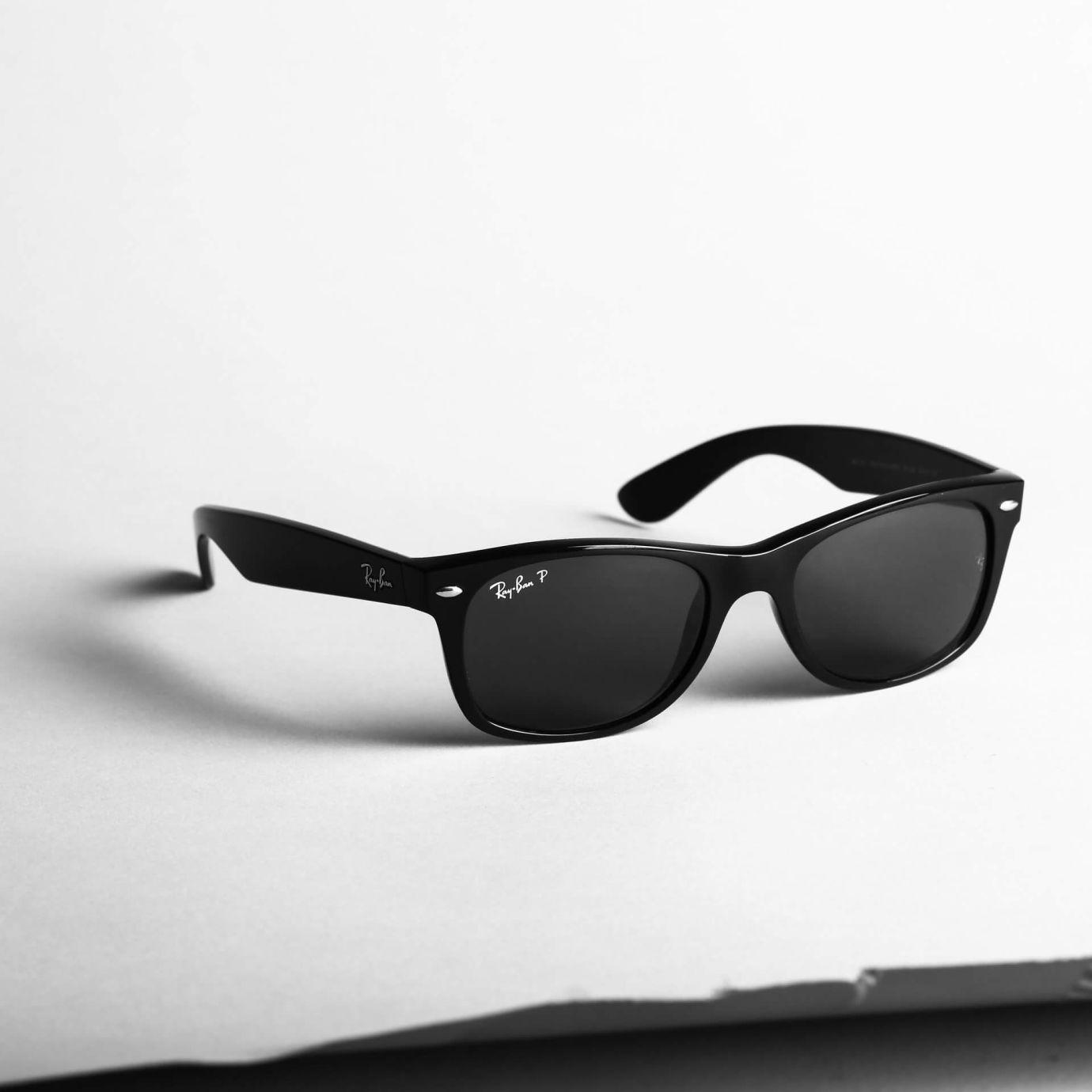 Nahaufname von einer schwarzen Ray-Ban-Sonnenbrille
