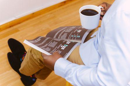 Mann mit Kaffee und Zeitung