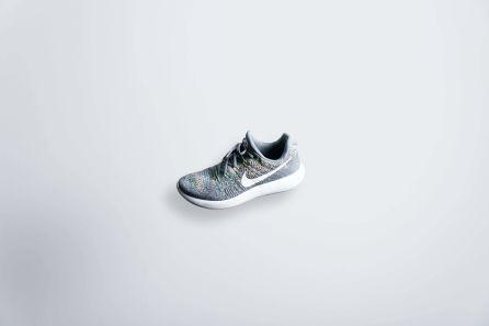 Ein grau-weißer Nike Sneaker
