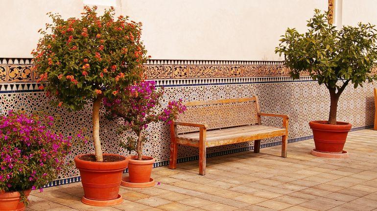 Terrakotta farbene Terrasse