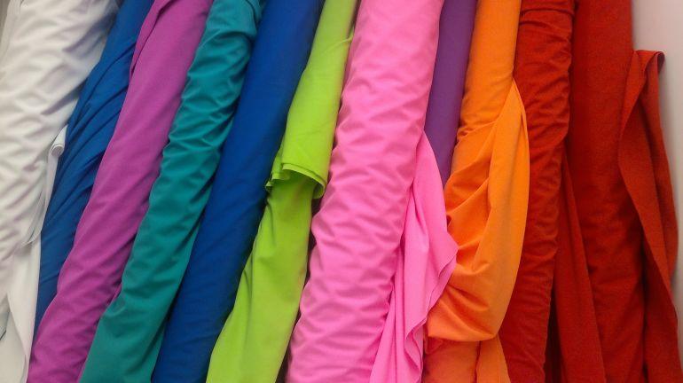 Stoffe mit verschiedenen Farben