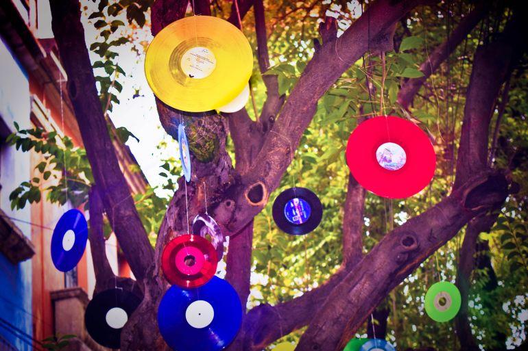Baum mit farbigen Schallplatten}