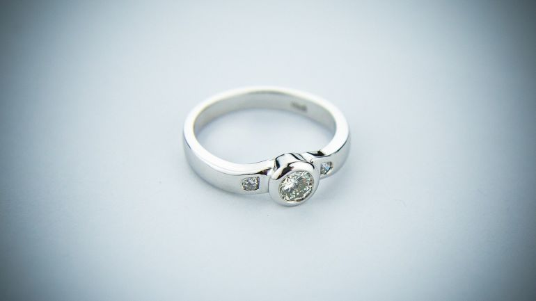 Silberner Ring mit Stein}