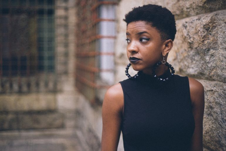 Frau mit schwarzen Creolen
