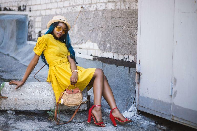Frau mit gelbem Kleid und roten High-Heels}