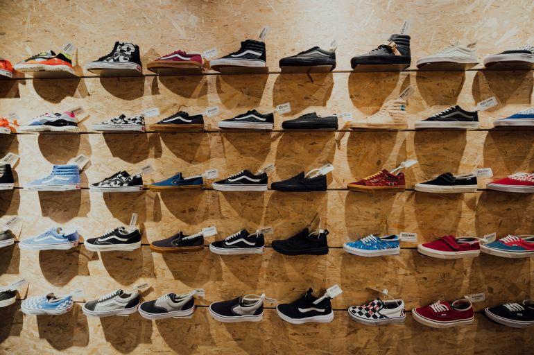 Aufgereihte Sneaker in einem Shop}