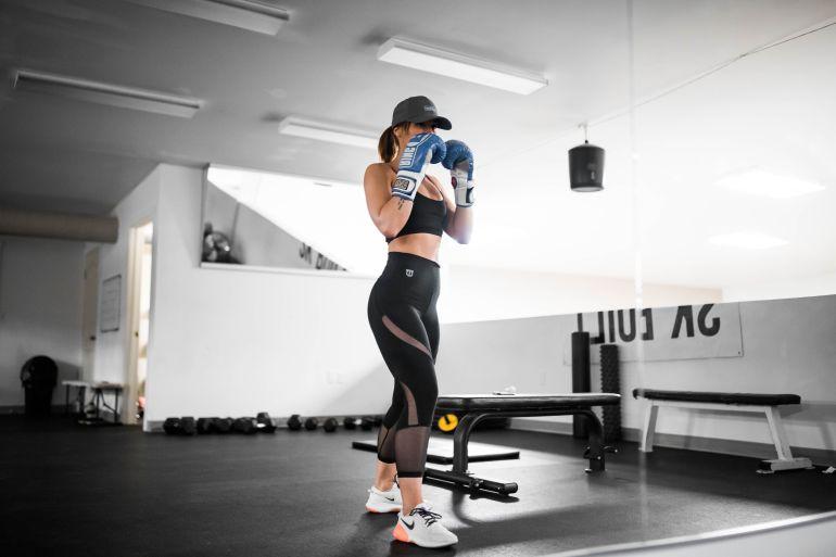 Frau in schwarzen Treggings beim Box-Training