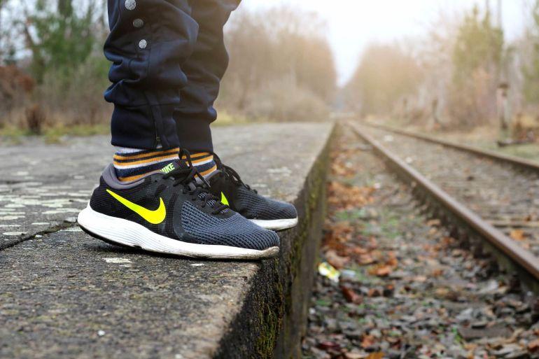 Schwarze Nike Sneaker mit Heel Cap auf Bahnsteig}