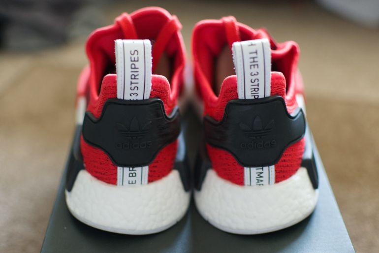 Rückseite von rot-schwarz-weißen Sneakern