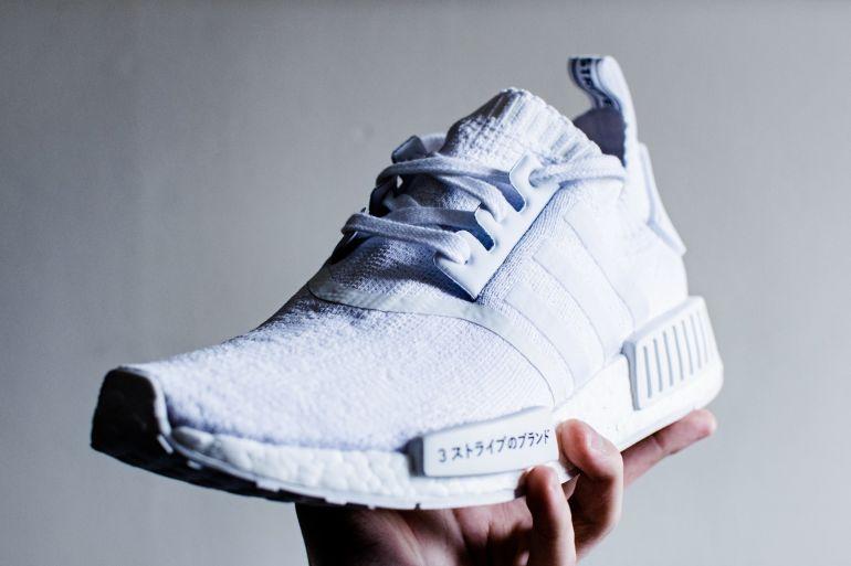 Weiße Sneaker mit Schriftzeichen