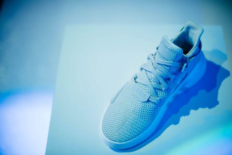 Hellblaue Sneaker}