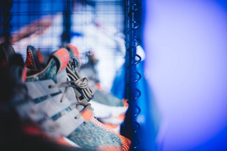 Bunte Adidas Sneaker vor blauem Hintergrund}