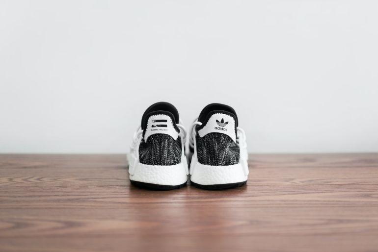 Schwarz-weiße Pharrell Williams OG Box Sneaker von Adidas}