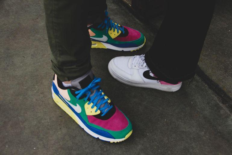 Füße von zwei Personen in bunten Nike Sneakern}