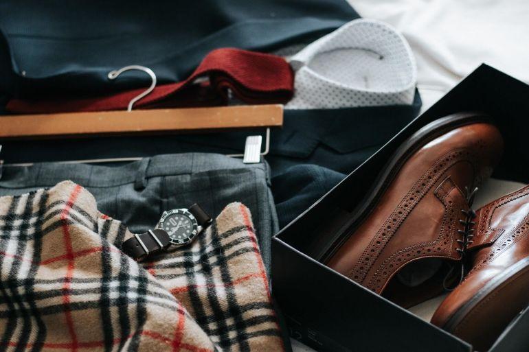 Detailaufnahme von Burberry-Schal und Schuhen in einer Schachtel