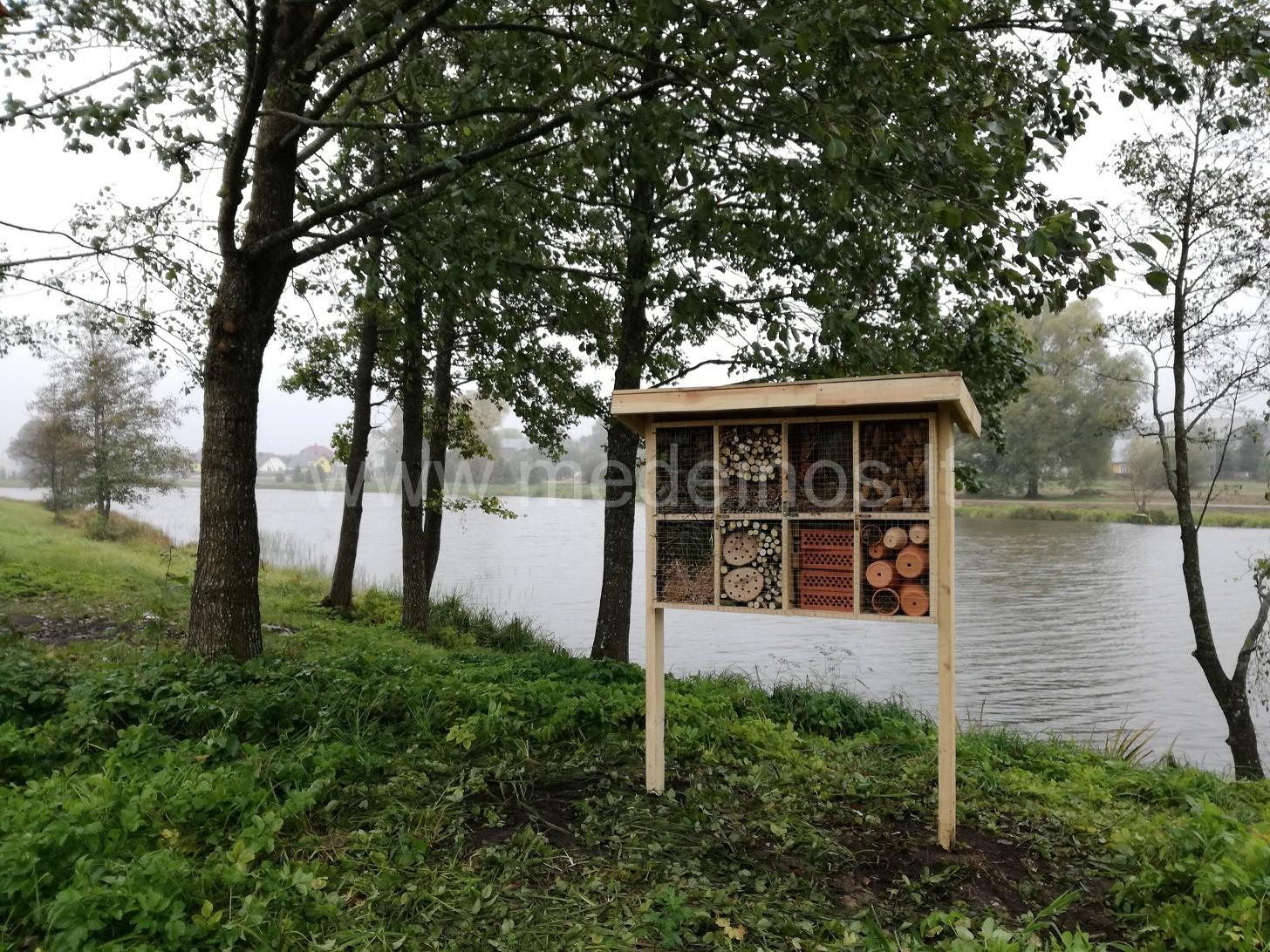 Naujai kuriamas Šalčininkų miesto parkas pasipuošė nameliais vabzdžiams ir ežiams