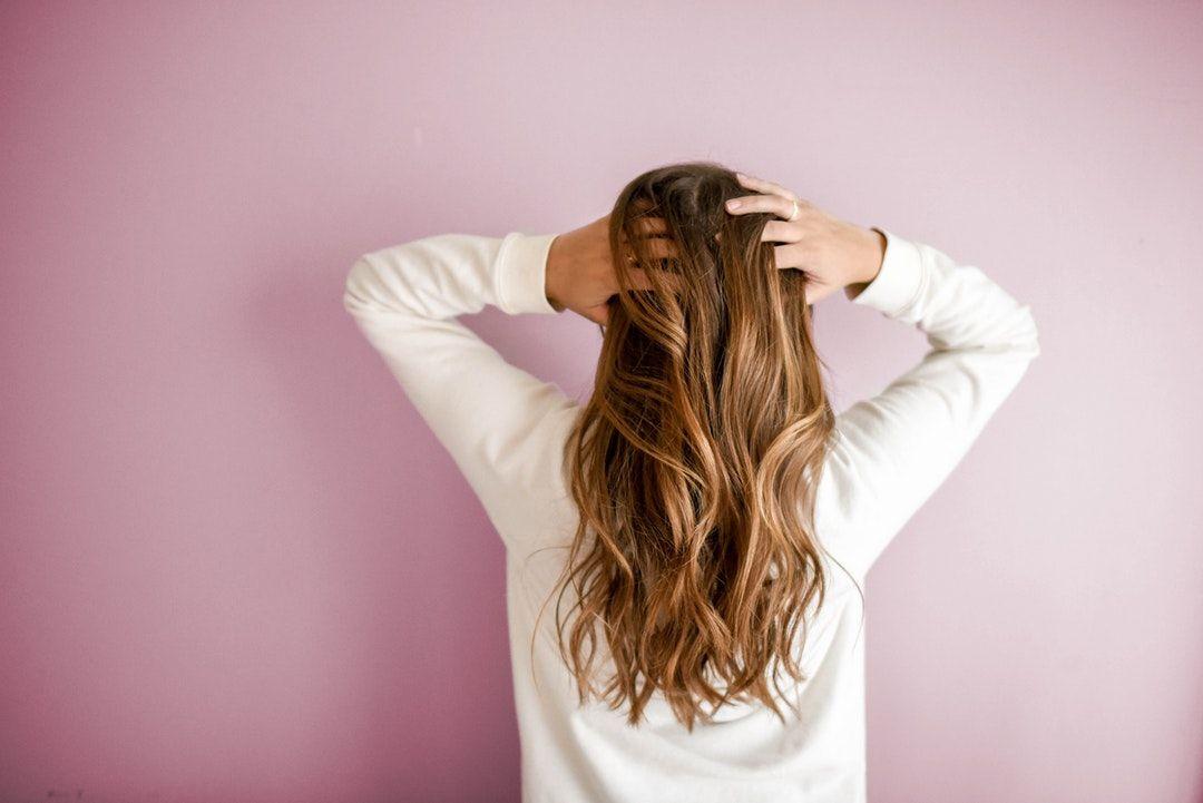 Chute de cheveux : 3 huiles essentielles pour favoriser la repousse