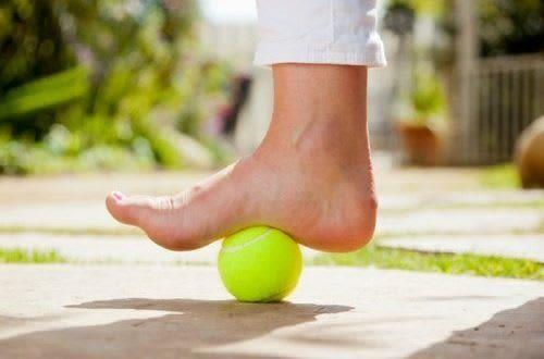 Le Massage Relaxant Avec Une Balle De Tennis